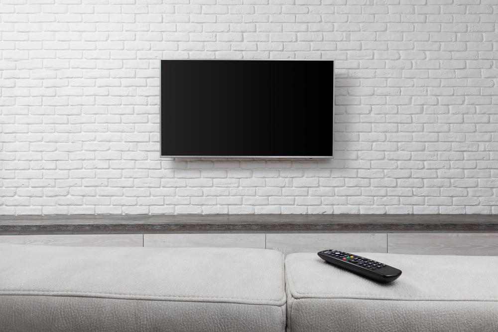 Televize připevněná na zeď