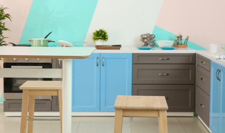Kuchynská linka a stena v živých farbách