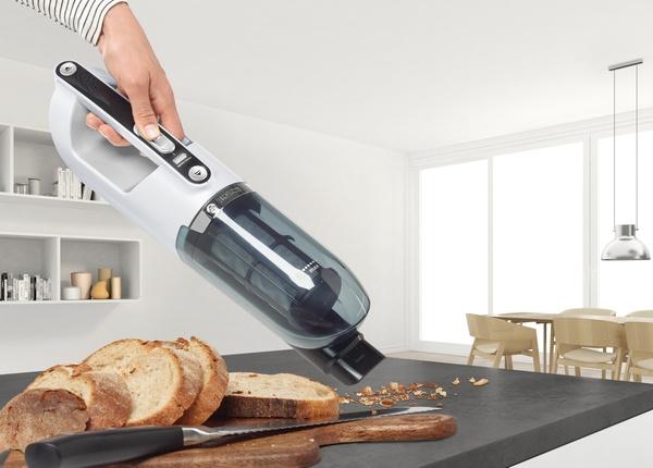 Vysávanie omrviniek chleba ručným vysávačom
