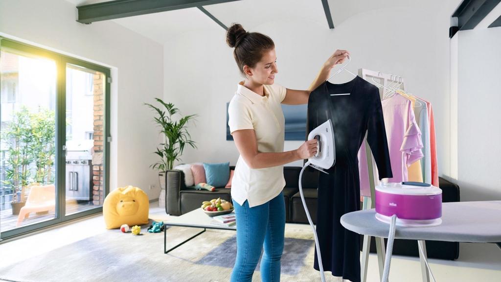 Žena používa parný generátor na žehlenie šiat