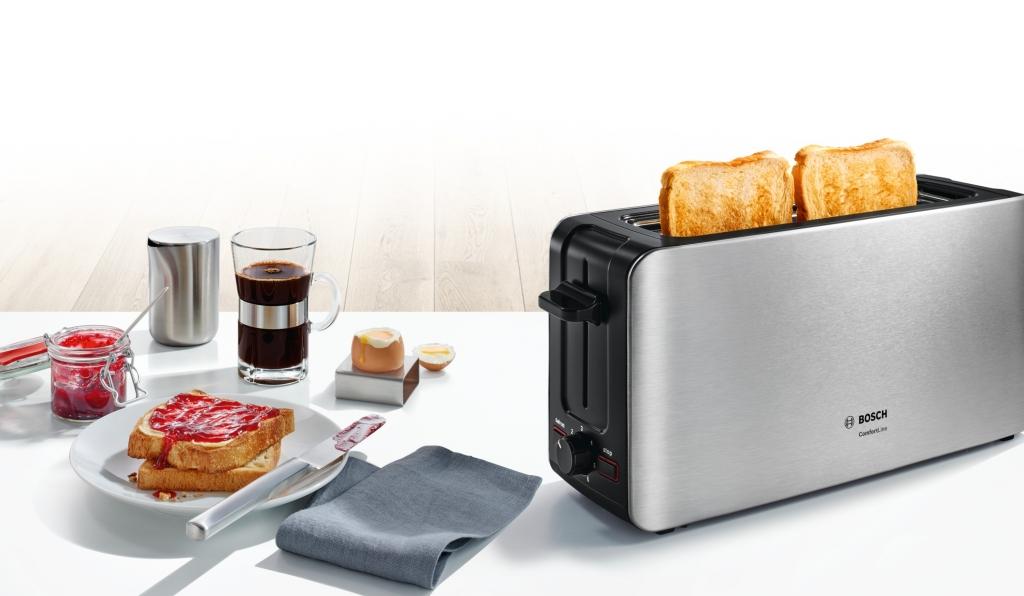 Toaster BOSCH TAT6A803 na stole s raňajkami