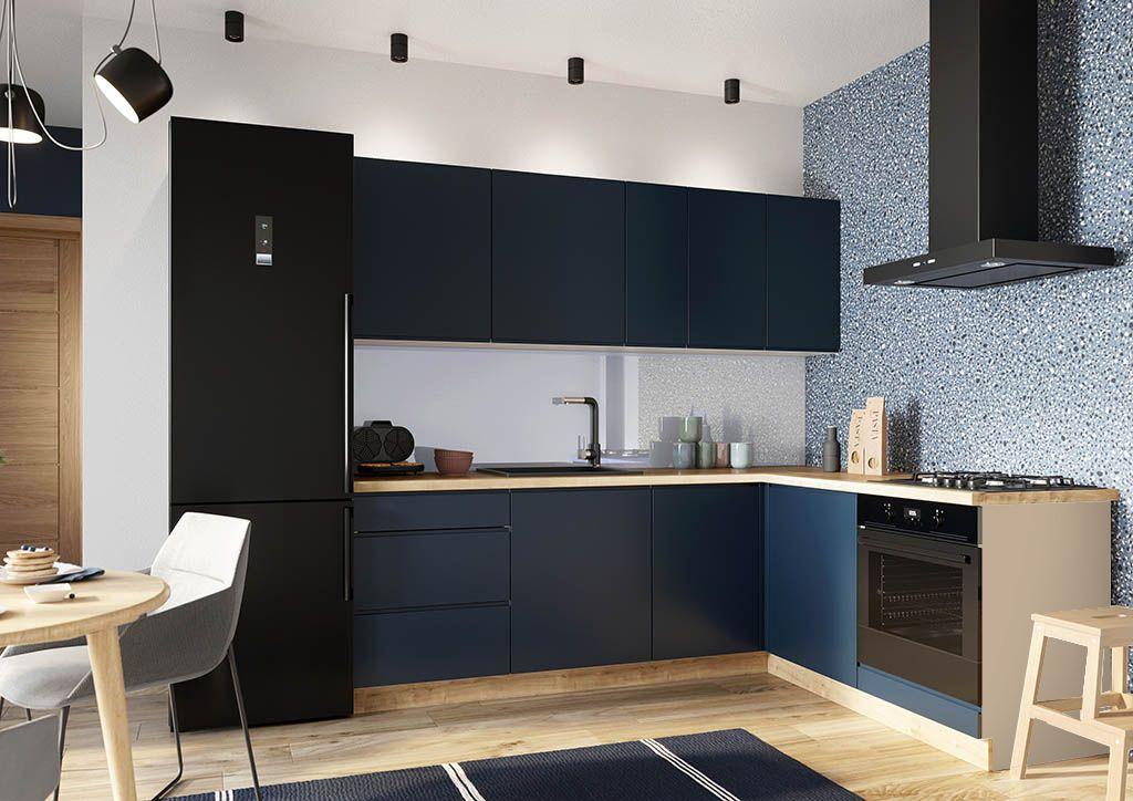 Modrá rohová kuchynská linka v kombinácii s drevom Minea