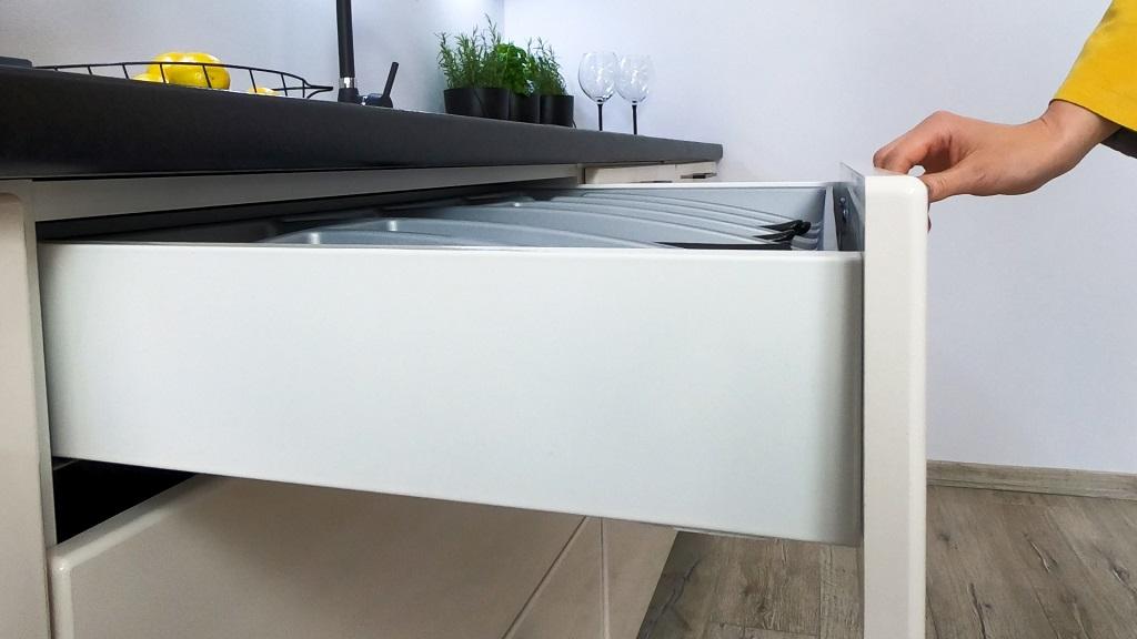 Biela kuchyňa Betty - detail zásuvky