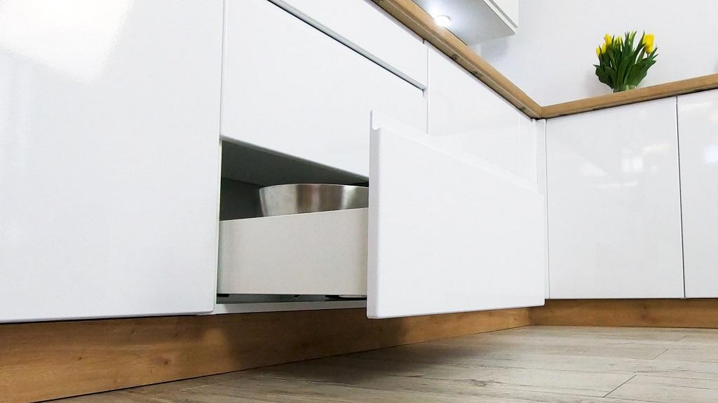 Biela rohová kuchyňa Lisse - detail zásuvky