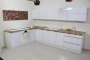 Kuchyně Maya - 323x203 cm (bílá vysoký lesk/dub)