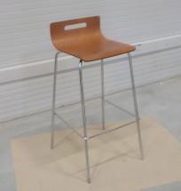 SINTE-S židle barová kovová, sedák překližka mořená na třešeň